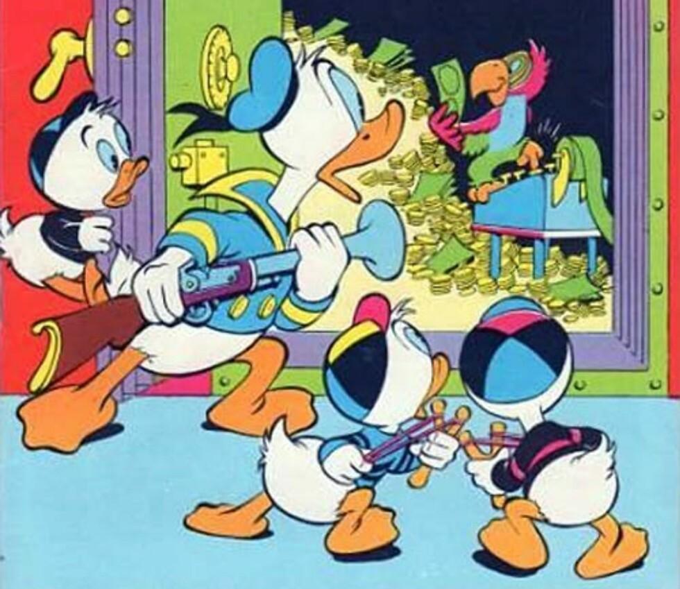 """PAPEGØYE-LØYER: En av Carl Barks' lengre fortellinger er med i boka, som fortsettelsesserie i 1958. """"Donald Duck og den rare papegøyen"""" er en fortelling som starter i Andeby og fører Donald og guttene til """"en havneby i tropene""""."""