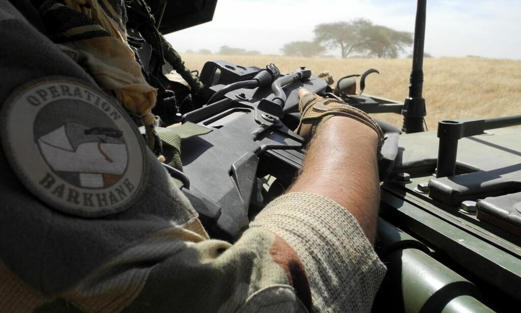 I SAHEL: Gjennom oppdraget Barkhane har Frankrike soldater i flere land i Sahel-regionen, inkludert Niger. På bildet er en fransk soldat på patrulje i Mali. Foto: AFP PHOTO / NTB scanpix