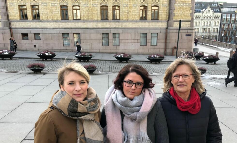 URIMELIG: Ulla Christine Pedersen (i midten) har fast jobb og penger på bok. Hun mener det er urimelig at hun ikke får lån fordi egenkapitalen hennes er for lav. Her sammen med stortingspolitikerne Kari Elisabeth Kaski (t.v.) og Karin Andersen, som fremmer forslag om å utvide Husbankens rammer. Foto: Gunnar Ringheim / Dagbladet