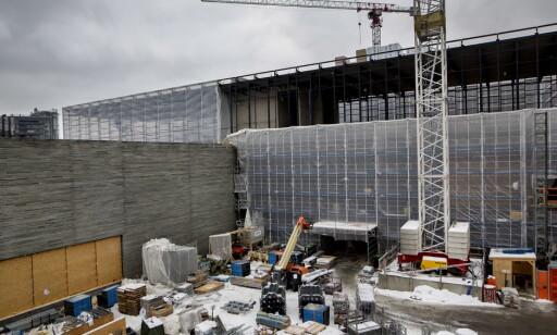 UNDER BYGGING: Egentlig skulle alabasthallen, som ligger i den øverste etasjen av det nye Nasjonalmuseet, snart dekkes av glass. Inntil videre må den dekkes av plast. Foto: Anita Arntzen / Dagbladet