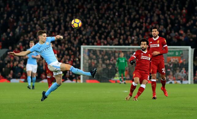 EN AV MANGE MÅL: Manchester Citys John Stones blir tilskuer når Mohamed Salahs avslutning går i mål til 4-1 for Liverpool. Foto: NTB Scanpix
