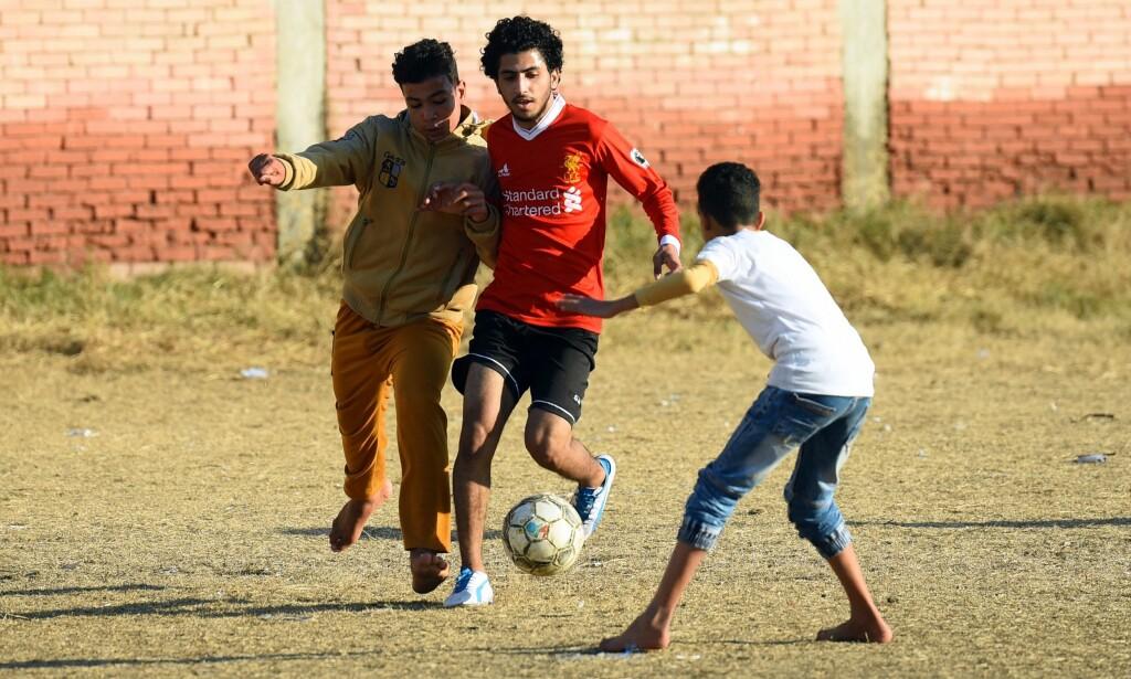 SPILTE HER: Noen egyptiske gutter spiller fotball i landsbyen Nagrig, der Mohamed Salah vokste opp. Foto: AFP PHOTO / MOHAMED EL-SHAHED / NTB Scanpix