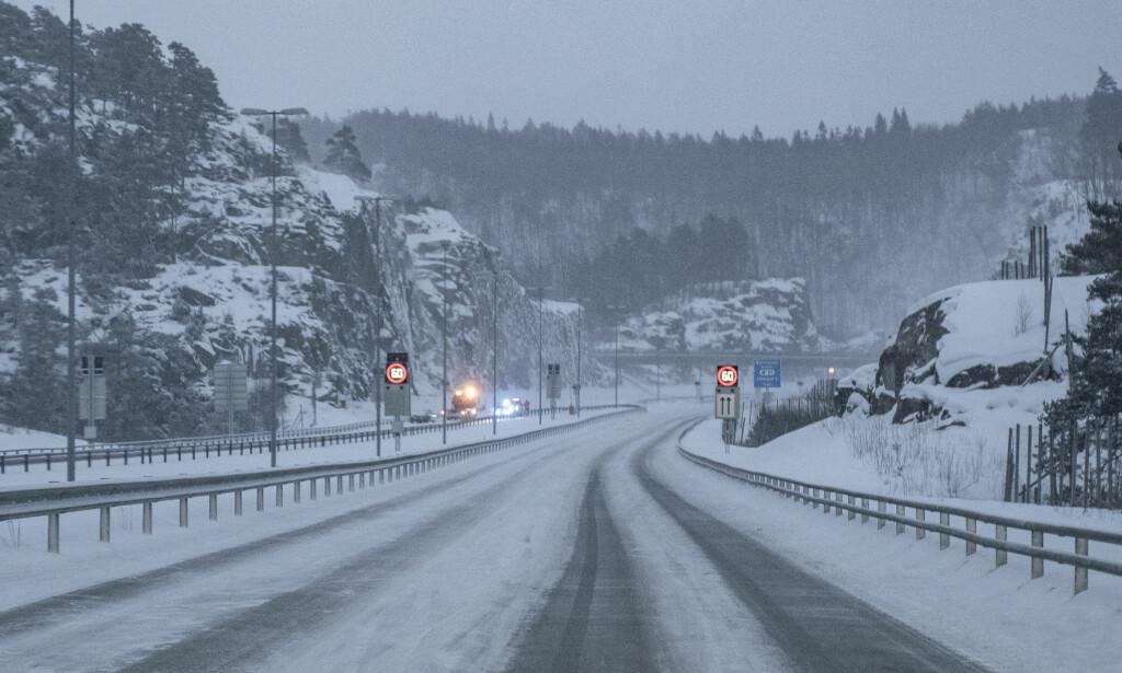STENGT: E18 mellom Lillesand og Kristiansand er stengt i vestgående retning etter flere ulykker og dårlige kjøreforhold tirsdag ettermiddag. Kraftig vind og kulde medfører svært glatte veier. Foto: Tor Erik Schrøder / NTB scanpix