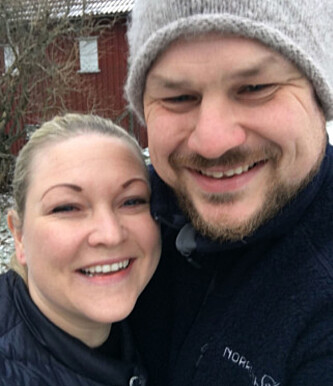 FORELSKET: Paret avslørte i desember at de forsatt var stormende forelsket, og nå har paret forlovet seg. Foto: Privat.