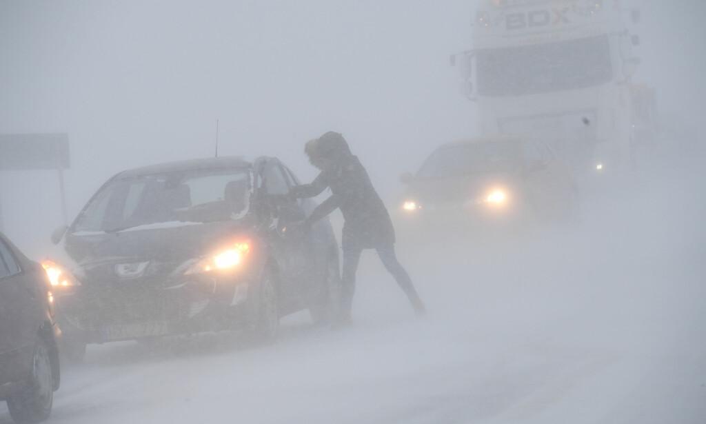 UVÆR: Trafikken i Sverige har vært preget av uvær denne uka. Dette bildet er fra tirsdag, onsdag er det ifølge svenske meteorologer minst like ille. Foto: NTB Scanpix
