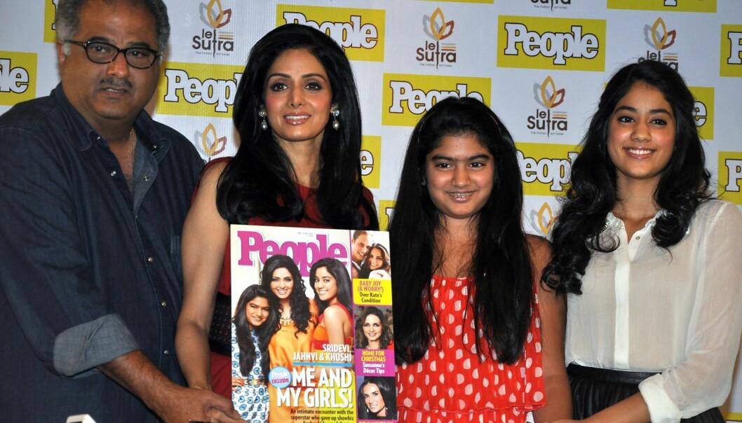 MED FAMILIEN: Sridevi sammen med ektemannen Boney Kapoor og døtrene Khushi og Jhanvi Kapoor i Mumbai i desember 2012. Foto: AFP/ NTB scanpix
