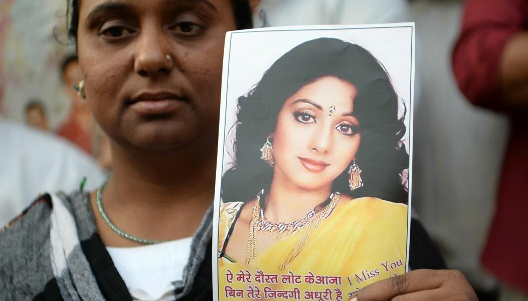 SØRGER: En rekke indere har møtt opp utenfor huset til Sridevi Kapoor etter nyheten om dødsfallet, for å ta et siste farvel. Foto: AFP / NTB Scanpix