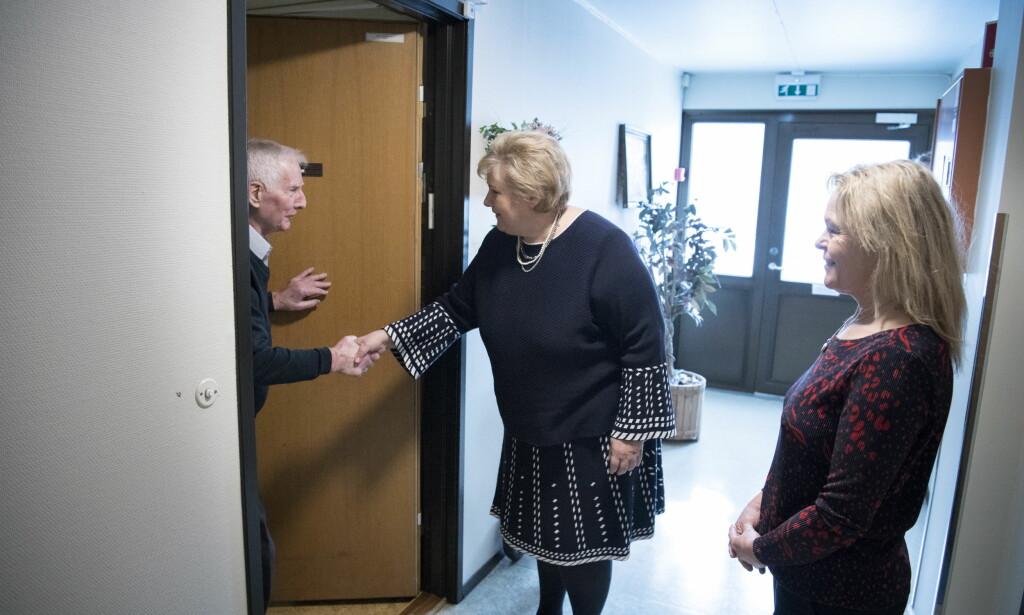 PÅ BESØK: Statsminister Erna Solberg og eldreminister Åse Michaelsen besøkte forrige uke Knut Breirem (97) i en omsorgsbolig i Stovner bydel i Oslo. Foto: Lars Eivind Bones