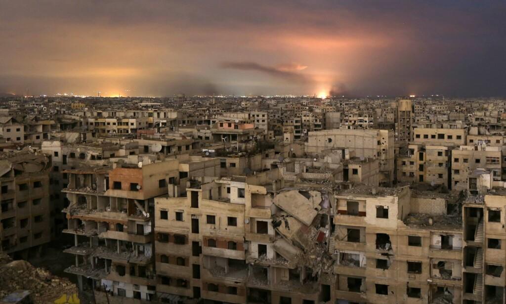 BOMBER OG DØD: Røyken stiger opp over himmelen til det beleirede området Øst-Ghouta, like utenfor hovedstaden Damaskus i forrige uke. Det var da at de voldsomme angrepene mot det opposisjonskontrollerte området startet. Mer enn 500 sivile syrere er drept siden da. Foto: Ammar Suleiman / Afp / Scanpix