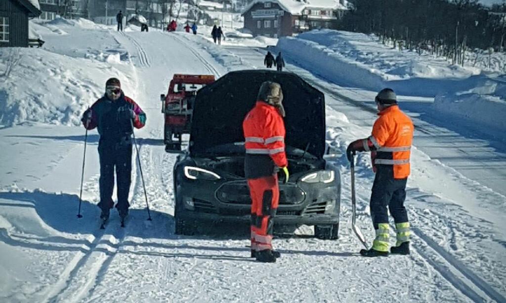 STOPP: Hit, men ikke lenger. Teslaen ble stående fast i skiløypa på Beitostølen. Foto: Bjørn Instanes