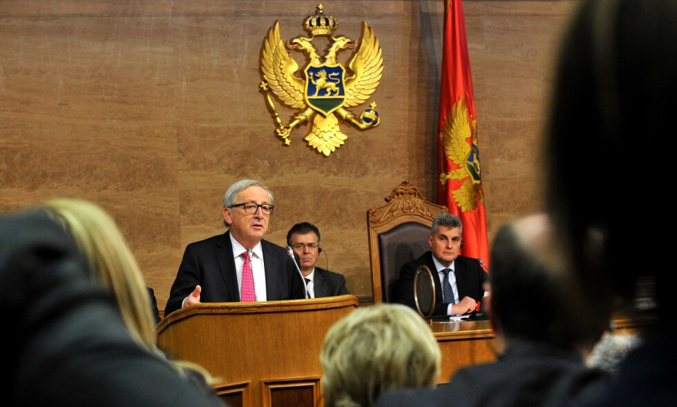 VANSKELIG BALANSE: EU-kommisjonens president Jean-Claude Juncker taler i parlamentet i Montenegro på sin Balkan--tur denne uka. Foto: AFP / NTB Scanpix