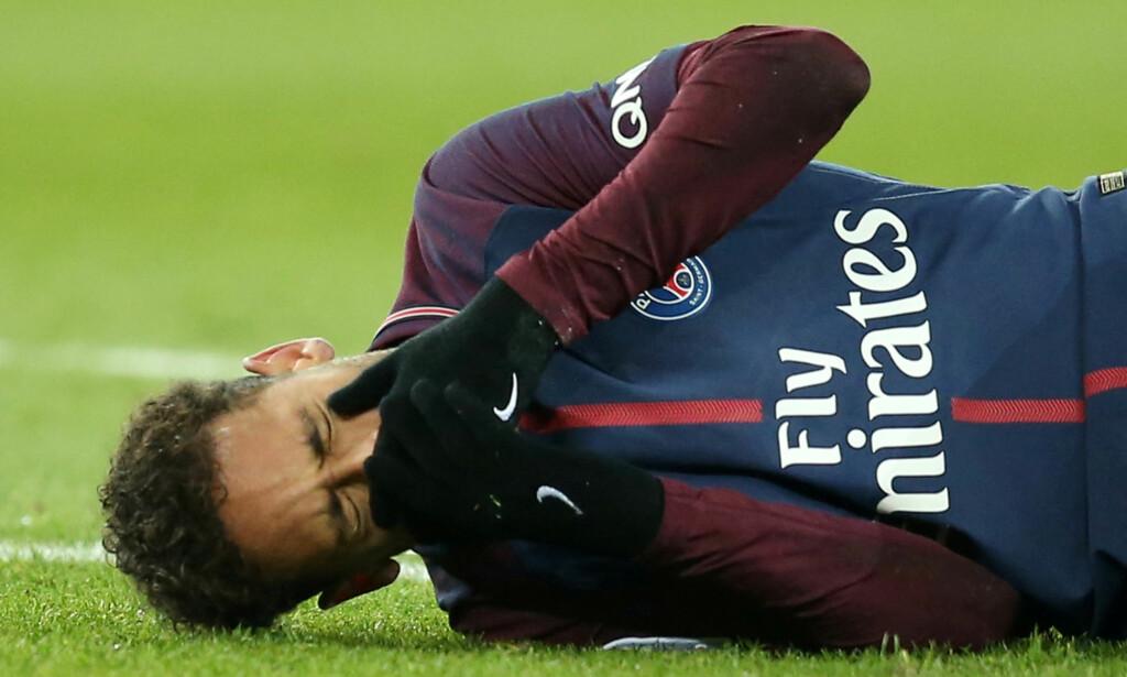 SKAL OPERERE: Neymar fikk seg en smell mot Marseille forrige helg. Nå skal han operere. I verste fall rekker ikke den dribleglade angriperen VM. Foto: REUTERS/Stephane Mahe/File Photo