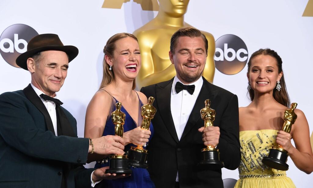 IKKE BARE EN STATUE: Oscar-vinnerne fra 2016, Brie Larson, Leonardo DiCaprio og Alicia Vikander kunne ta med seg mer enn bare statuetter hjem etter Oscar-utdelingen. Det kan også årets vinnere - og tapere. Foto: NTB Scanpix