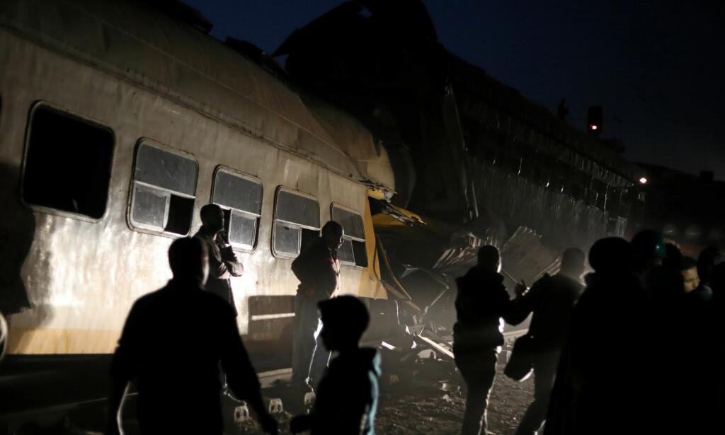 KOLLISJON: Minst tolv mennesker mistet livet da to tog kolliderte nord i Egypt. 39 ble skadd, melder statlige medier. Foto: Mohamed Abd El Ghany / Reuters / Scanpix