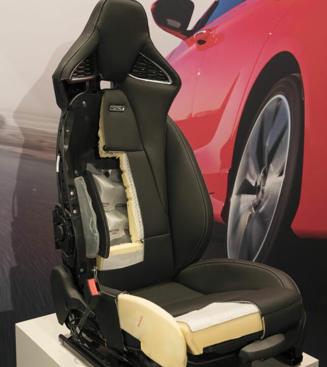 PAKKEKUNST: Opel har laget denne stolen selv. Den har et meget kompakt understell og nær sagt alle funksjoner innbakt under skinnet. Foto: Opel