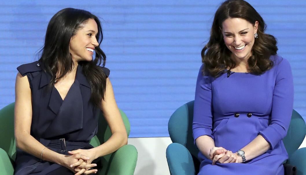 <strong>MEGHAN MARKLE:</strong> Det er ingen tvil om at stemningen mellom de kommende svigerinnene hertuginne Kate og Meghan Markle er god! Her fra paneldebatten arrangert av The Royal Foundation Forum i London i slutten av februar. Foto: NTB Scanpix