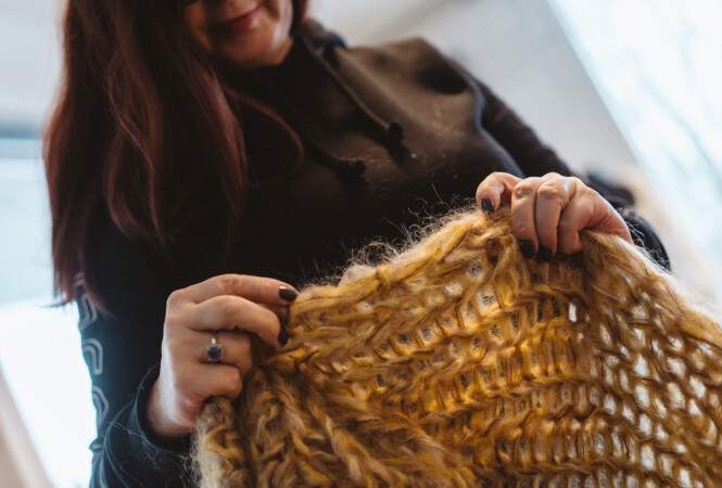 MÅ KVALITETSSIKRES: Heidi tar en titt på en jakkene som er ferdige. Foto: Håkon Jørgensen