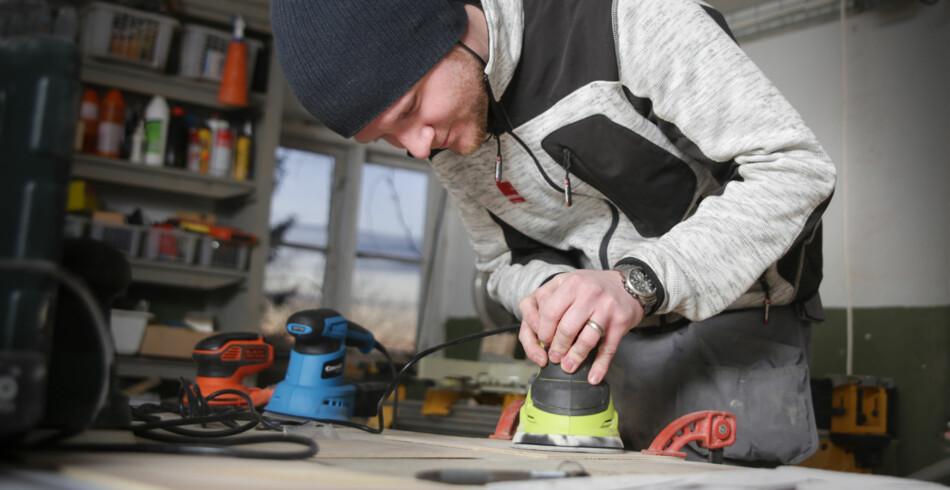 SLIPEMASKINER: Vår verktøyekspert Kenneth Lesterberg, som er tømrer, har testet eksenterslipere. Foto: Øivind Lie-Jacobsen