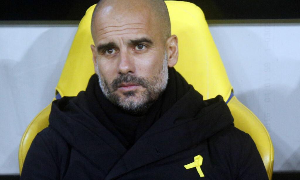 GIR ETTER: Manchester City-trener Pep Guardiola sier at han slutter å bruke den gule sløyfen hvis klubben ber ham om det. Foto: AP Photo