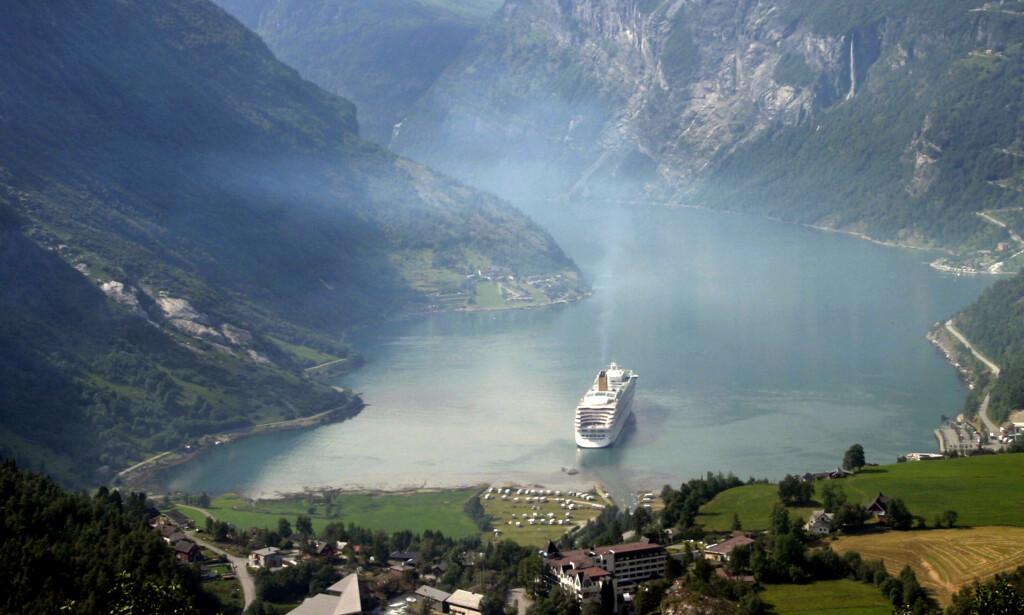 RØYKLEGGER: Røyken fra cruiseskipene er i ferd med å bli et stort problem for luftkvaliteten i Geiranger i høysesongen. Foto: NTB Scanpix