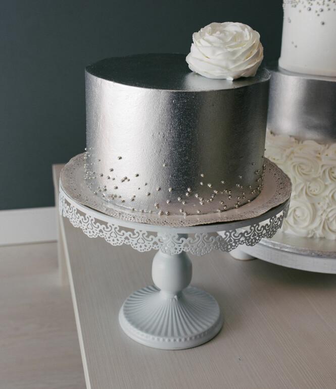 Gjør bryllupet ekstra classy med en metallisk kake! Foto: NTB Scanpix