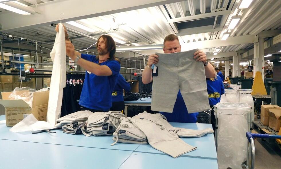 FÅR KJEFT: Greenpeace mener forretningsstrategien til gigantkjøpesenteret Gekås Ullared er forkastelig. Her med varehusets to mest kjente medarbeidere, Ola-Conny Wallgren (53) og Morgan Karlsson (44), som bretter bukser. Foto: Kanal 5