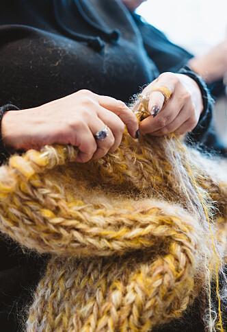 FERDIG PÅ UNDER TO DAGER: Ifølge Rita tar det henne bare en og en halv dag før én designerjakke er ferdig. Foto: Håkon Jørgensen