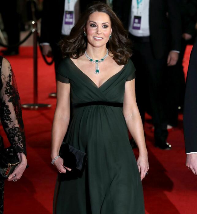 ANKOM I GRØNT: Hertuginne Kate høstet kritikk fra flere hold da hun ikke fulgte kleskoden på BAFTA- utdelingen sist uke. Flere støttet imidlertid hertuginnen i å overholde den kongelige etiketten. Foto: NTB Scanpix.