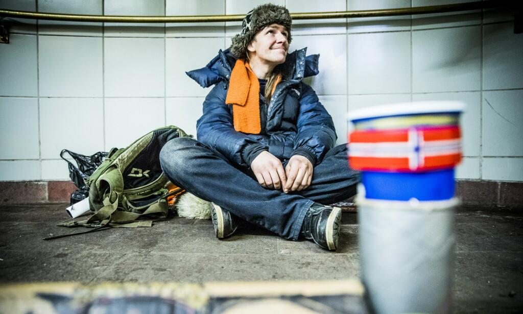 SAVNER TILBUD: Magnus Lilleberg tigger på Stortinget stasjon, men har i dag tak over hodet. FHan savner flere overnattingstilbud for bostedsløse. Foto: Christian Roth Christensen