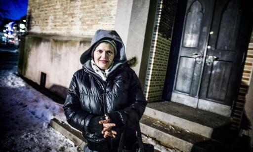 SOVER HER: Trude har sovet på kirketrappa ved Oslo domkirke mange ganger. Det er ett av stedene hun kan søke tilflukt ved når det er så kaldt. Foto: Christian Roth Christensen