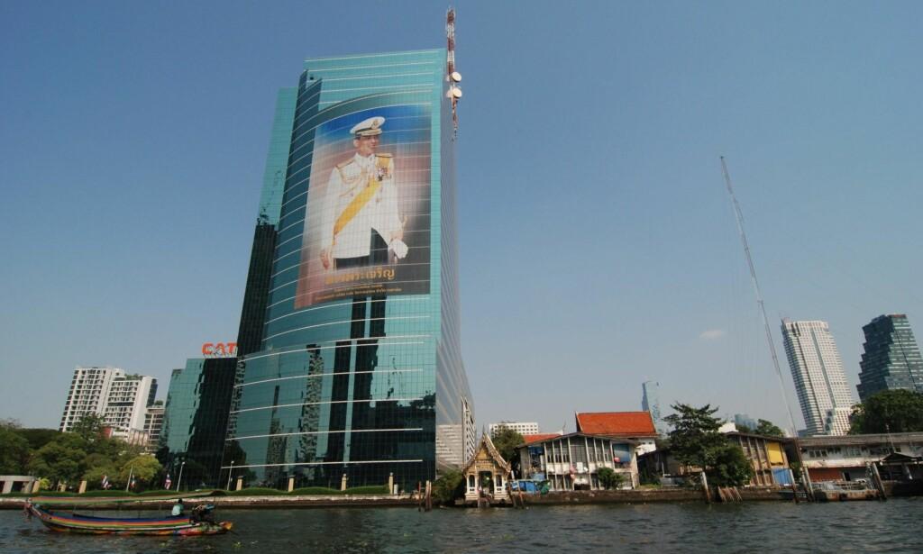 LIKT OG ULIKT: Bebyggelsen er temmelig variert langs Bangkoks hovedelv, Chao Phraya. Her med et godt synlig portrett av kongen, Maha Vajiralongkorn. Alle foto: Mikael Godø