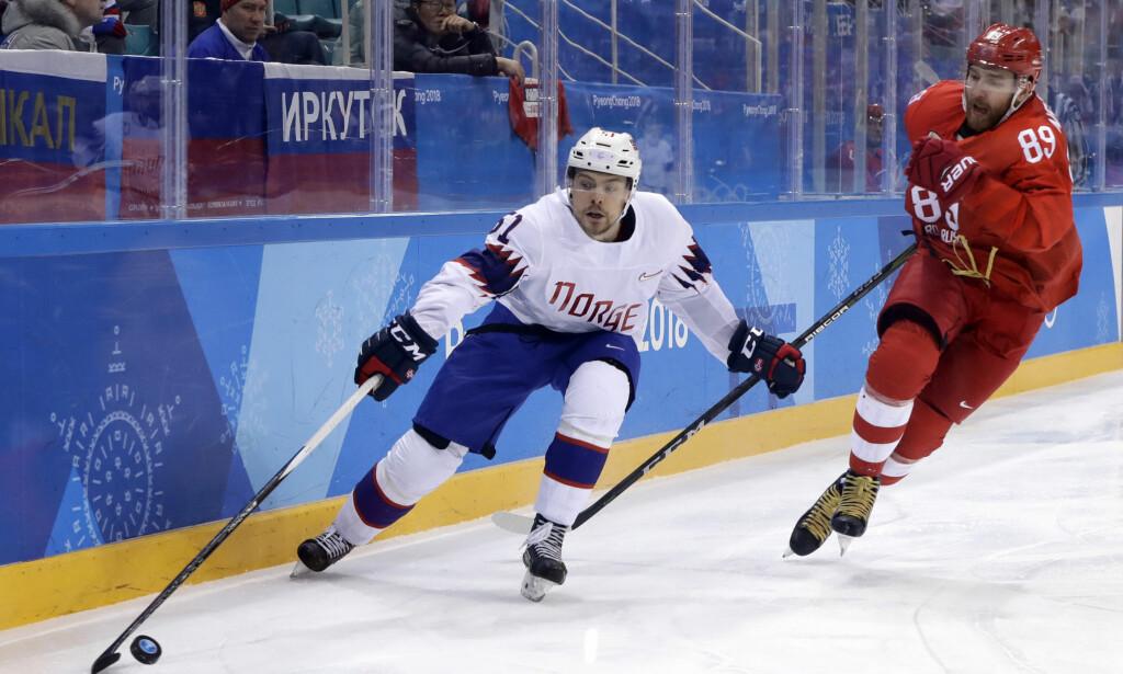 TØFF TAKLING: Mats Rosseli Olsen ble taklet stygt i en kamp i svensk ishockey. Her i aksjon under OL. Foto: AP Photo/Matt Slocum