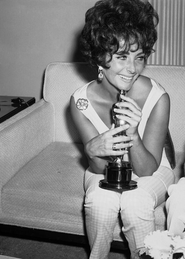 STAKK AV MED SEIEREN: I 1961 vant Elizabeth Taylor pris for sin rolle i «Butterfield 8». I månedene før seieren, var hun kanskje USAs minst populære menneske. Foto: NTB scanpix