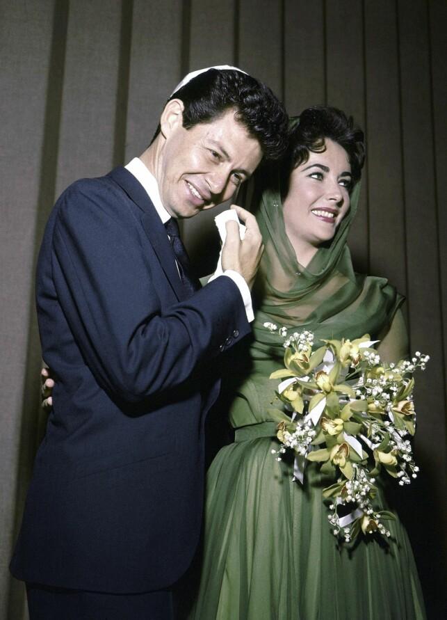 BRYLLUP: Taylor og Fisher giftet seg den 12. mai i 1959 i Las Vegas. Paret smilte til pressen etter seremonien, og begge var tydelig rørt. Foto: AP, NTB scanpix