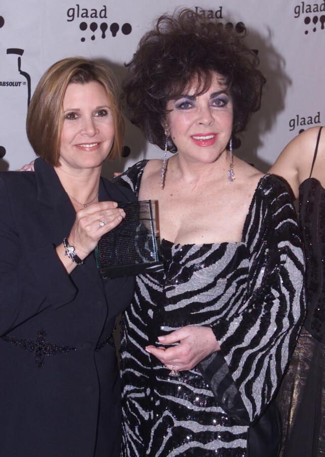 STEMOR: Selv om Carrie Fisher har påpekt at hun ikke kjente stemoren sin Elizabeth Taylor godt i barndommen, fikk de et fint forhold da Fisher ble voksen. Her sammen på en prisutdeling i 2000. Foto: Reuters, NTB scanpix