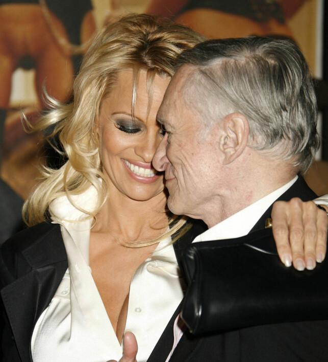 GODE VENNER: Pamela Anderson og avdøde Hugh Hefner avbildet sammen i 2007. Foto: NTB Scanpix