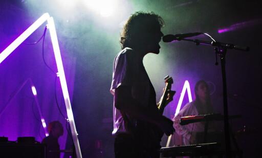 MULTITASKING: Vokalist Even Kjelby veksler mellom gitar og keyboard under hele konserten natt til lørdag. Til høyre bassist Ole Kristian Einarsen. Foto: Frank Karlsen / Dagbladet