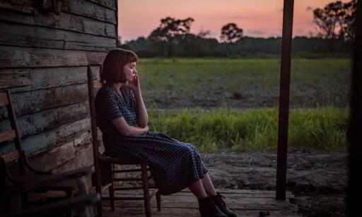 Den nye dillen «sitte på trammen og skue ut over horisonten og tenke over tapte drømmer» gikk som en farsott i etterkrigstida. Sin tids «planking»? Foto: Netflix