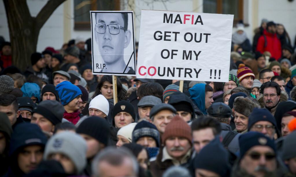DEMONSTRASJON: Flere tusen samlet seg over hele Slovakia i en demonstrasjon mot korrupsjon etter drapet på Jan Kuciak Foto: AP Photo/Bundas Engler