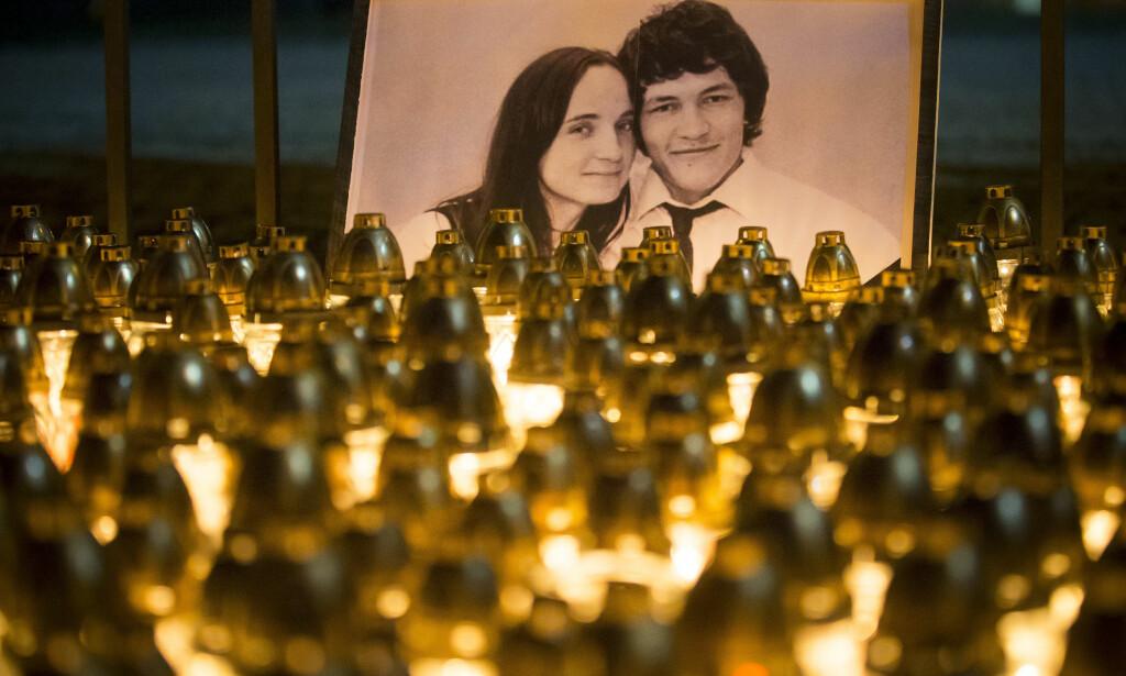 DREPT: Hundrevis av lys er lagt ned foran bildet av den drepte journalisten Jan Kuciak og hans samboer Martina Kusnirova i sentrum av Slovakias hovedstad Bratislava Foto: AP Photo/Bundas Engler