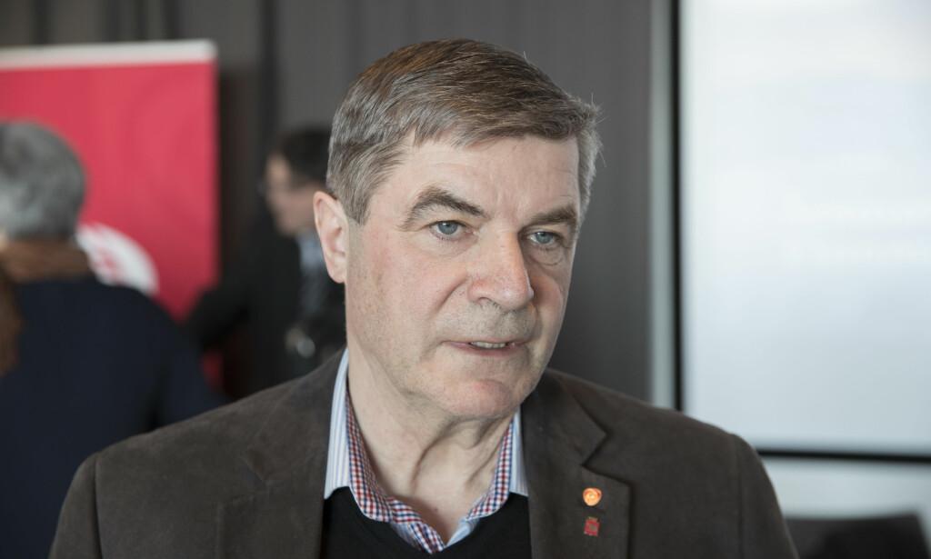 NEI TIL SAMMENSLÅING: Alf E. Jacobsen (Ap), ordfører i Hammerfest kommune, stemmer nei til sammenslåingsavtalen mellom Troms og Finnmark. Arb Foto: Vidar Ruud, NTB Scanpix.