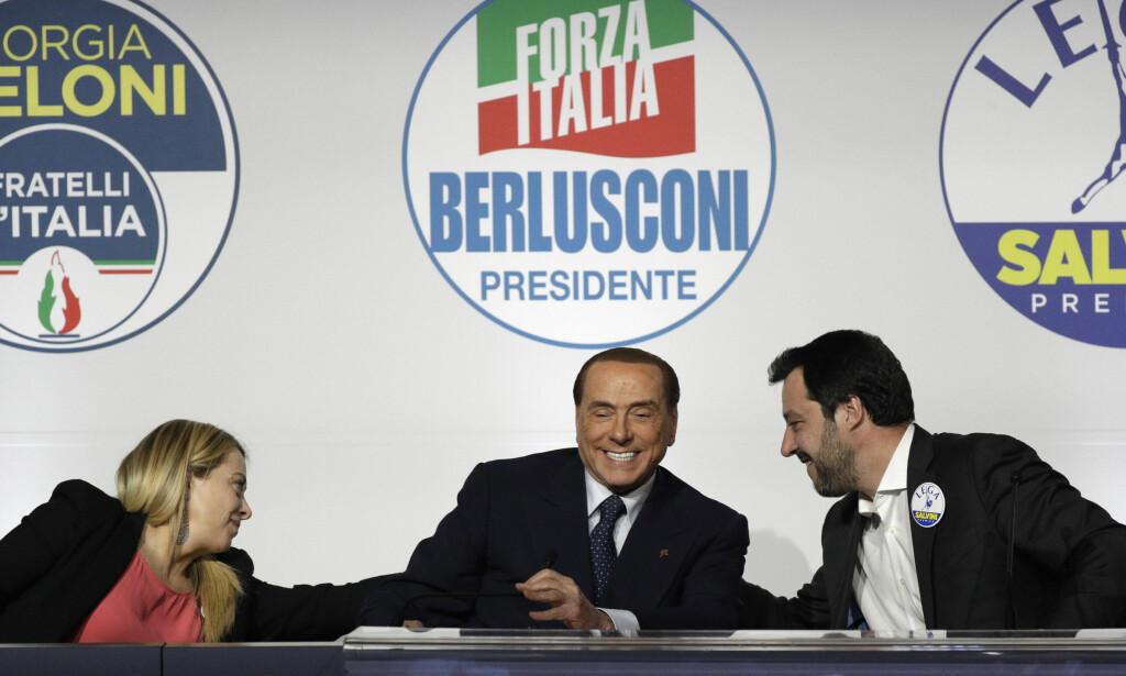 LIGGER AN TIL FLERTALL: Alliansen av (f.v.) Italias Brødre ved Giorgia Meloni, Forza Italia ved Silvio Berlusconi, og Lega ved Matteo Salvini ser ut til å få flest stemmer ved det italienske valget i dag. Foto: NTB Scanpix/AP/Andrew Medichini