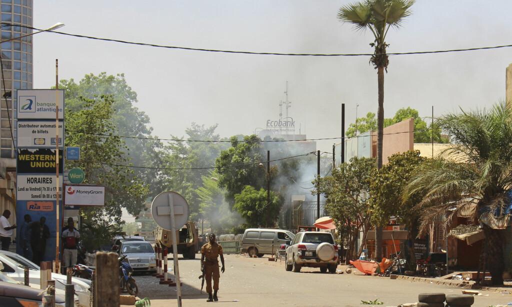 ANGREP: En soldat patruljerer i nærheten av det militære hovedkvarteret i sentrum av Ouagadougou etter at det ble meldt om skyting og eksplosjoner. Foto: Ludivine Laniepce / AP / NTB scanpix