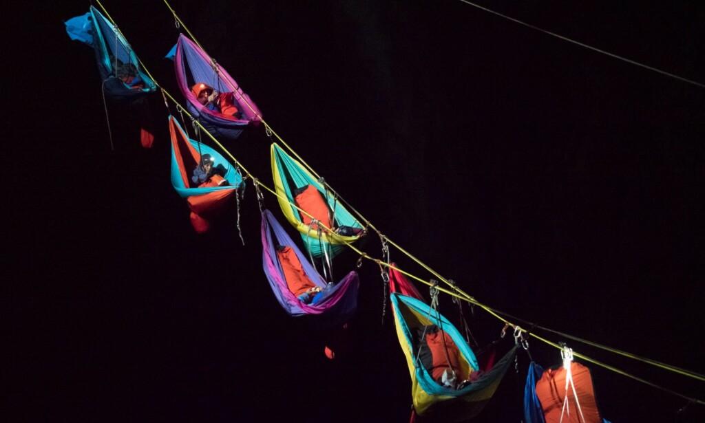 MÅ SOVE HER: Hengekøyene er spent opp hele 275 meter over bakken, og deltakerne er nødt til å tilbringe hele natten i dem. Foto: Kristin Folsland Olsen, TVNorge