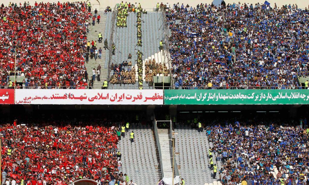 image: Mens FIFA-sjefen så kamp med iranske fotballtopper, ble 35 kvinner arrestert på vei inn på stadion