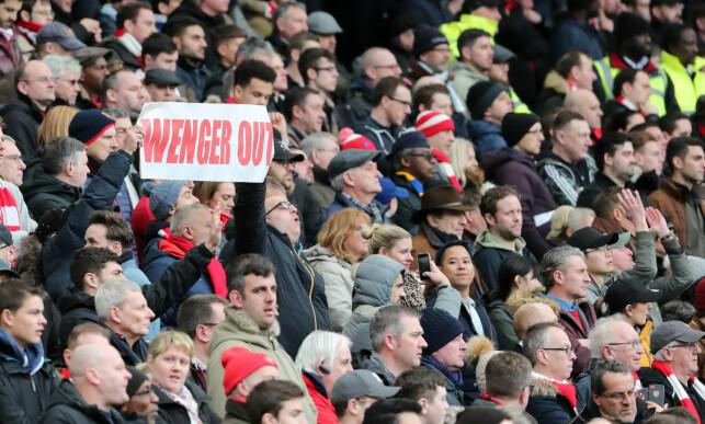 «WENGER OUT»: Flere Arsenal-fans krever Arsene Wengers avgang. Foto: Sean Ryan / IPS / REX / Shutterstock / NTB Scanpix