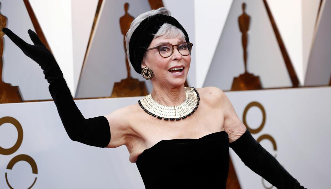 OSCAR 2018: Rita Moreno overrasket alle og kom i kjolen hun brukte under Oscar-utdelingen i 1962. Foto: Scanpix