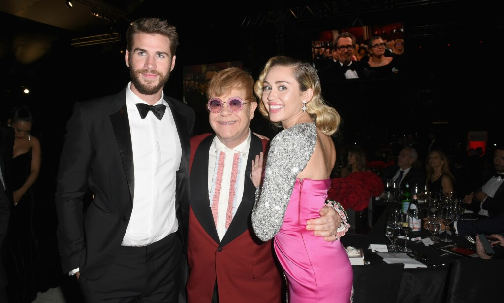 POSERTE SAMMEN: Liam Hemsworth, Elton John og Miley Cyrus. Foto: Vivien Killilea/Getty Images for Clase Azul/AFP/ NTB scanpix