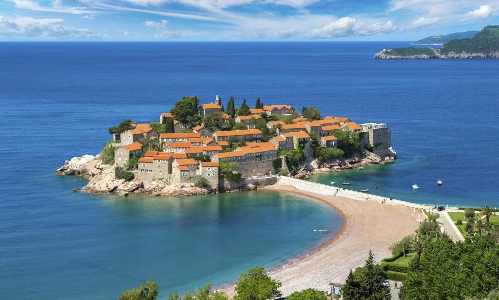 IKONISK: Den lille øya Sveti Stefan er i dag en luksusresort, der fiffen og de med stor lommebok menger seg. Men man kan også bare besøke den fine stranden. Foto: Shutterstock / NTB Scanpix