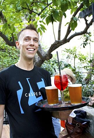 DET GODE LIV: På Caspar Bar i Budvas gamleby, serverer Den Tkachenko eget øl og fargerike drinker. Foto: Ida Anett Danielsen / Magasinet Reiselyst